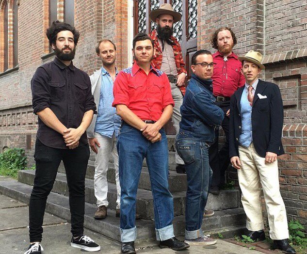 De Amerikaanse Blueszanger Pokey Lafarge in een Vlasman outfit